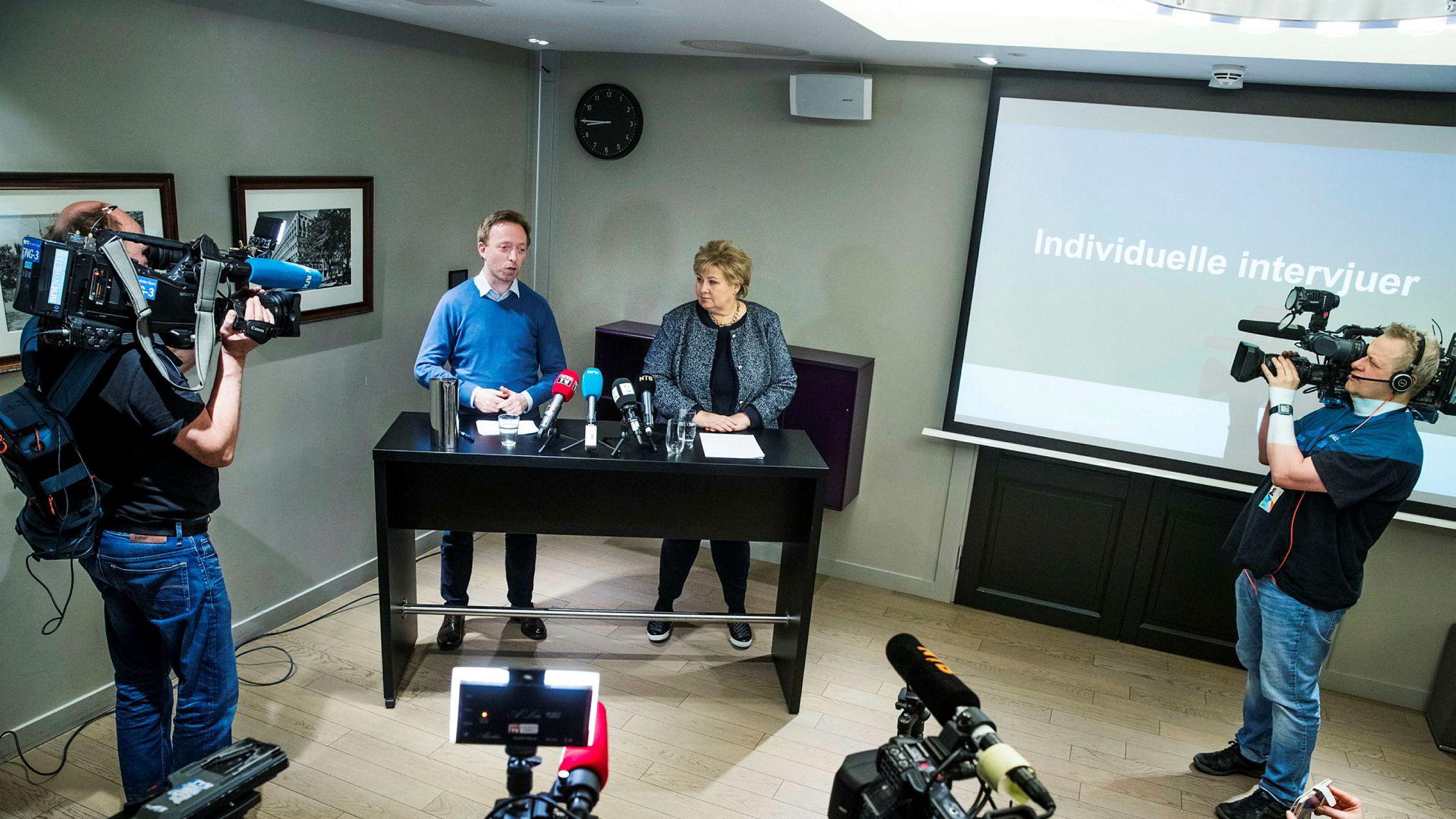 Høyre-leder Erna Solberg og John-Ragnar Aarset, generalsekretær i Høyre under en pressekonferanse om utviklingen i varslersaken i partiet. Hverken Riise eller andre det er varslet om får rett på innsyn i varslene som omhandler dem selv.