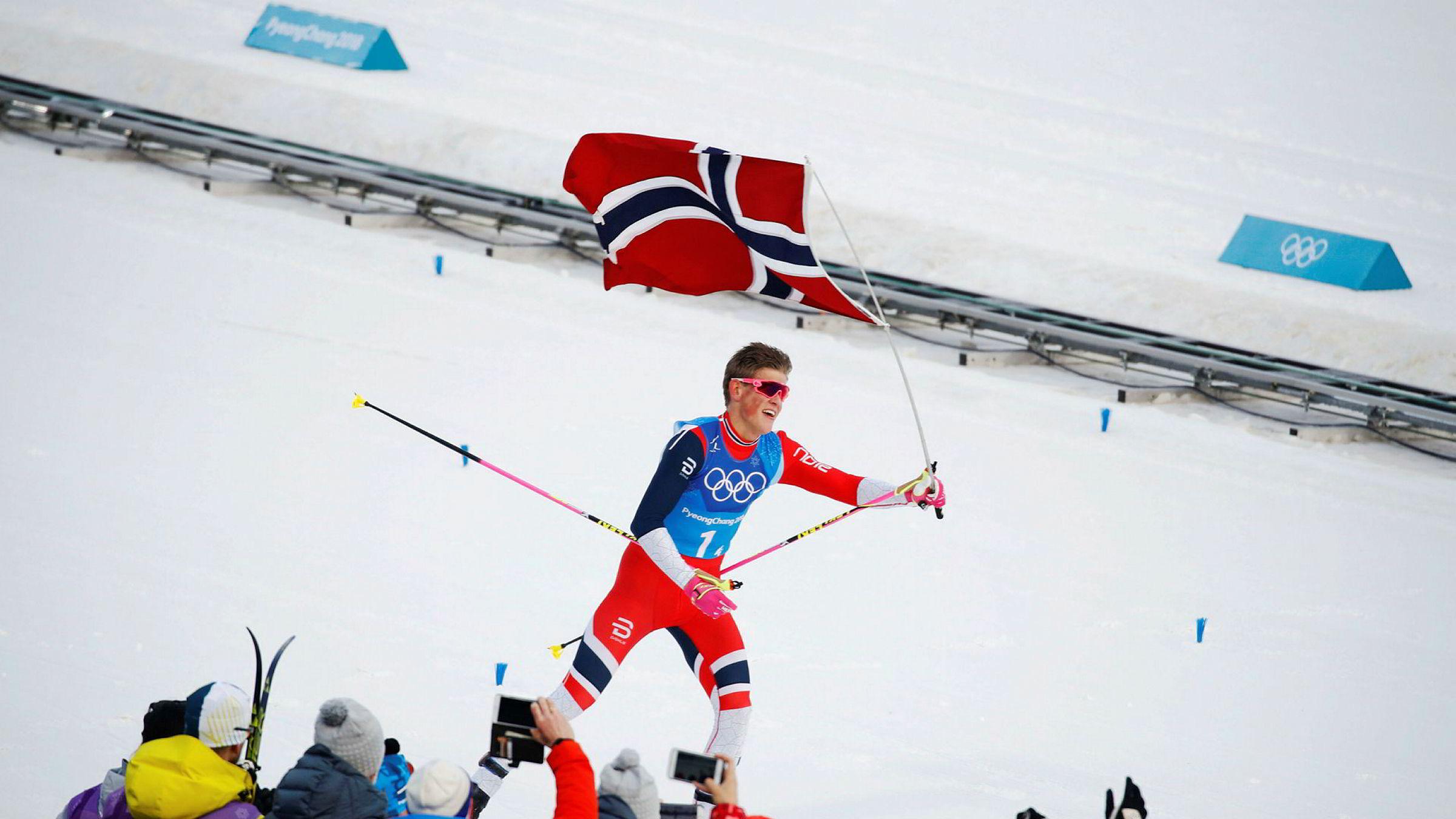Johannes Høsflot Klæbo går inn til gull på stafetten etter ha avgjort sisteetappen. Nå har også flere internasjonale selskaper fått øynene opp for skistjernen.