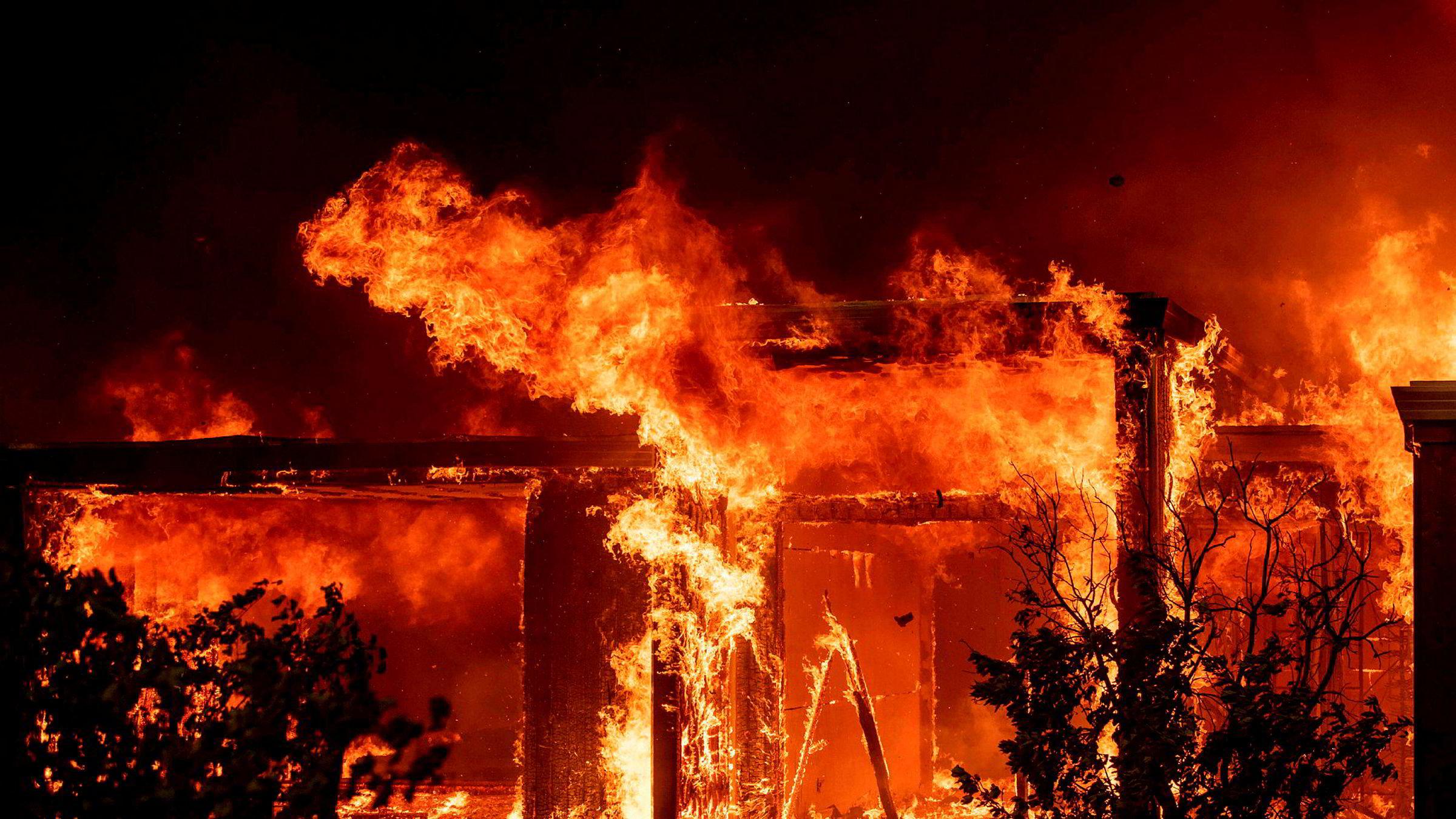 Skogbrannen i California sprer seg. På bildet sluker flammene nok et hjem.