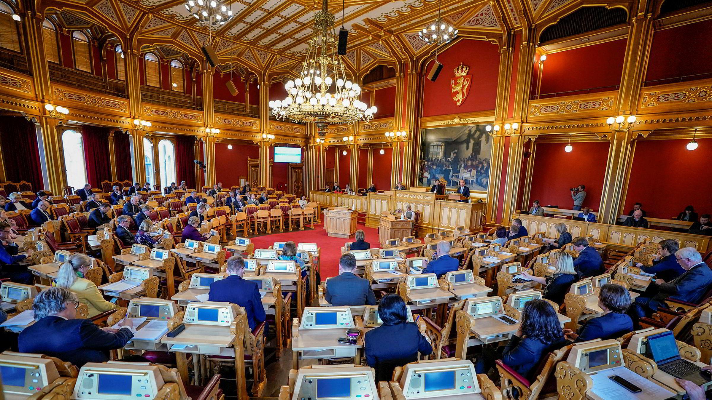 Det blir pleksiglass mellom representantene når Stortinget tirsdag skal behandle opposisjonens forslag om en liberalisering av bioteknologiloven.