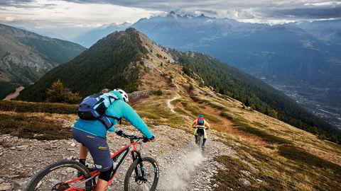 Fra fjelltoppene over Aostadalen venter 2000 høydemeter nedoversykling på smale stier for sykkelguide Fabrizio Charruaz og Trailguide-gründer Bjørn Jarle Kvande..