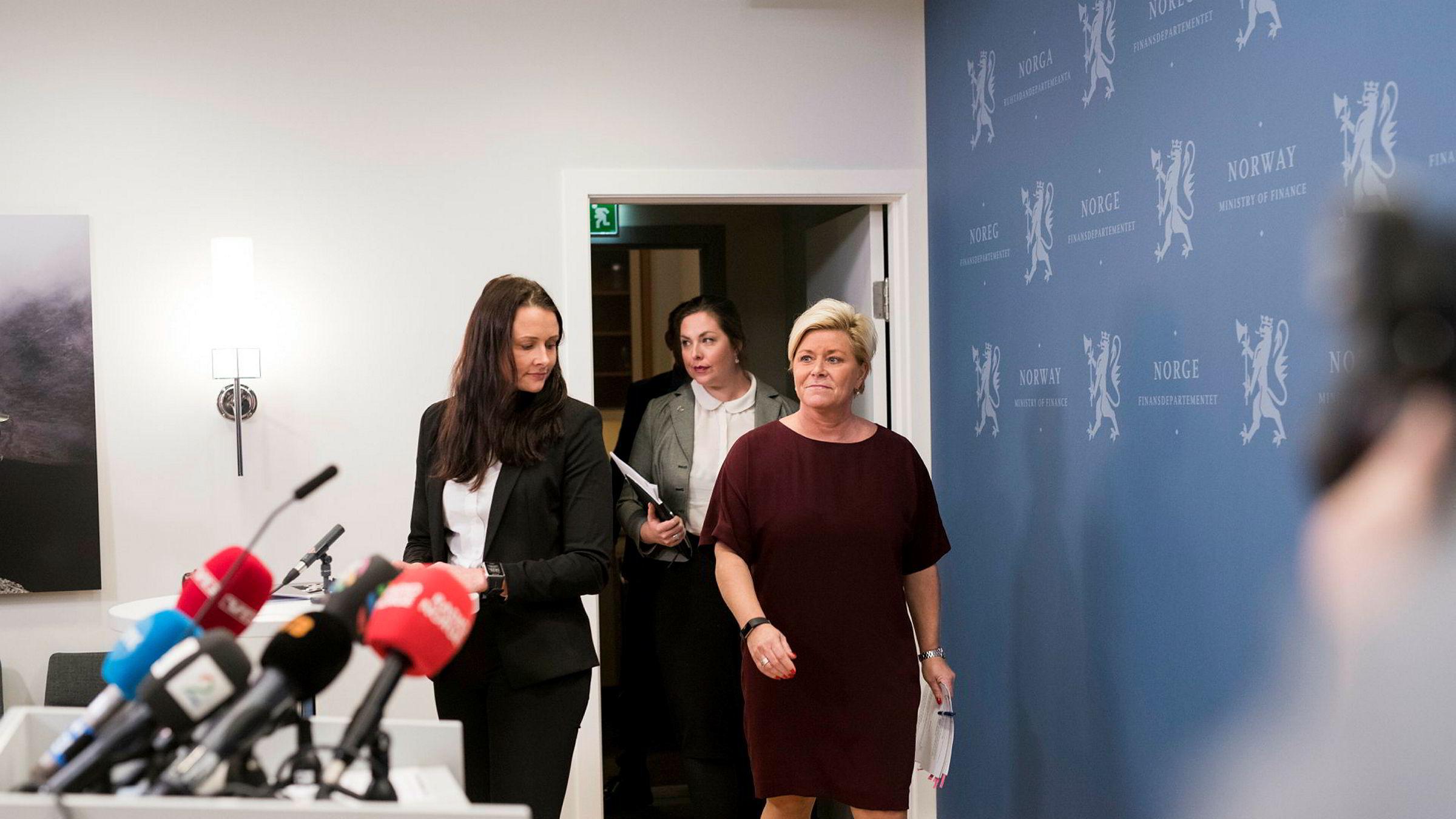 Kommunikasjonssjef Therese R. Wålen (til venstre) sier Christine Meyers versjon av samtalene mellom departementet og den nå avgåtte SSB-sjefen er sterkt misvisende.