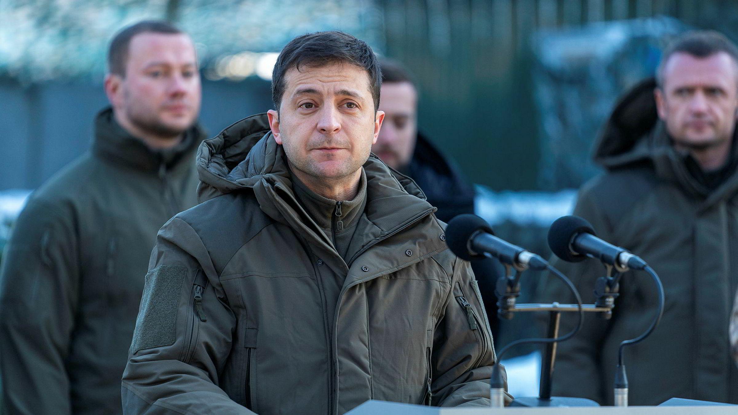 Avtalen med IMF er en stor seier for Ukrainas president Volodymyr Zelenskyj, som her besøker den krigsherjede Donetsk-regionen øst i landet.