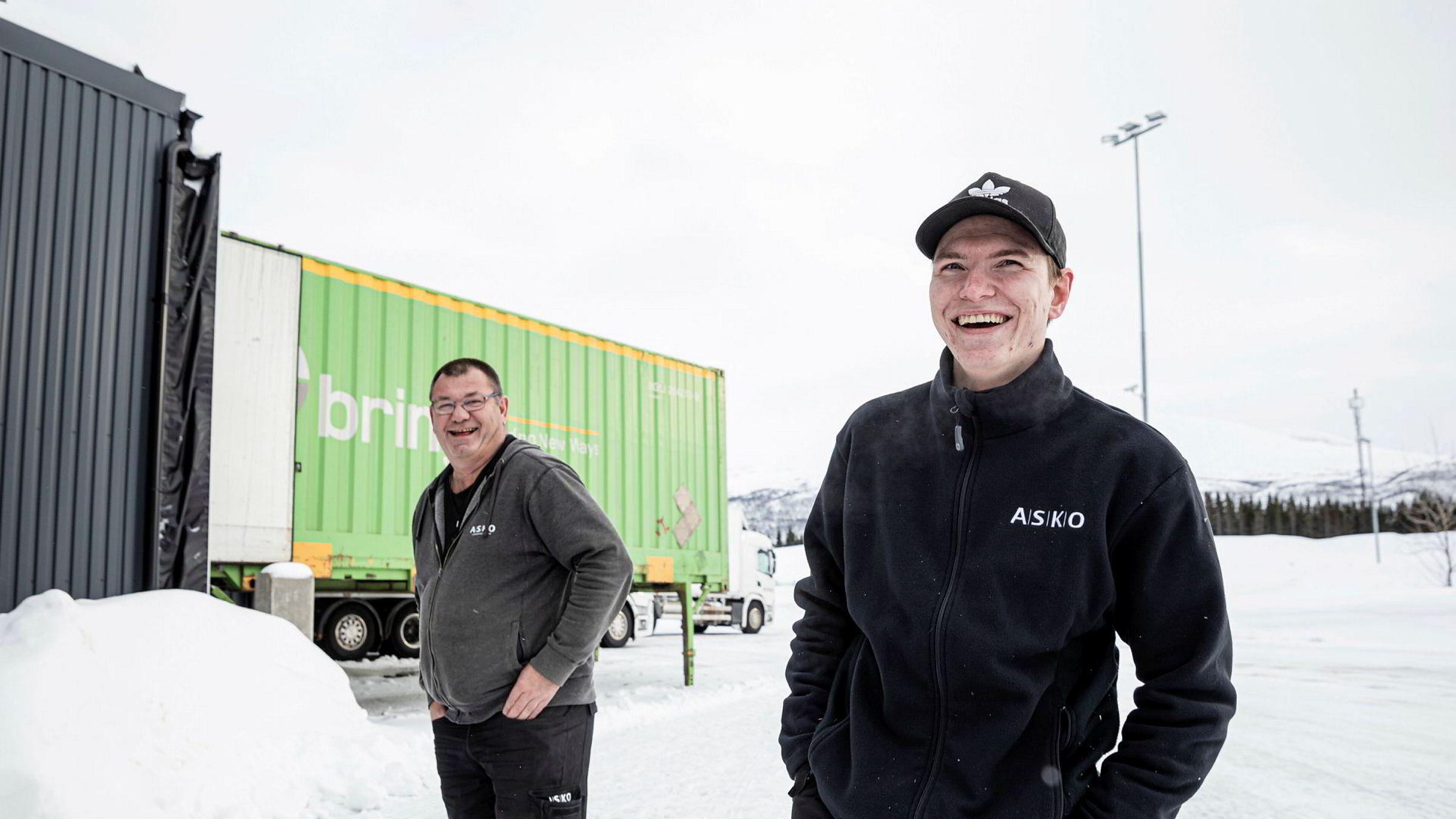 Elias Lockert (til høyre) ble permittert fra Macks ølbryggeri, men fikk seg kjapt jobb som truckfører hos Asko Nord. Her sammen med Asko-sjåfør Anstein Skjønsberg, som også har travle dager. Foto: Marius Fiskum