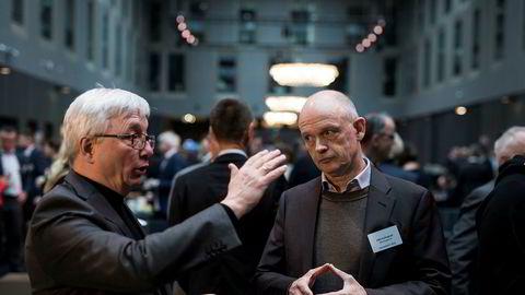 Administrerende direktør i Norsk olje og gass Karl Eirik Schjøtt-Pedersen, til venstre, diskuterte med IKM-grunnlegger Ståle Kyllingstad under NHOs årlige møte på Sola mandag.