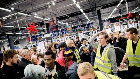 Black Friday skapte lange køer og kaos på Sørlandssenteret utenfor Kristiansand. Flere hundre hadde møtt opp for å sikre seg billig elektronikk da Power åpnet dørene klokken 07.00 i fredag morgen.