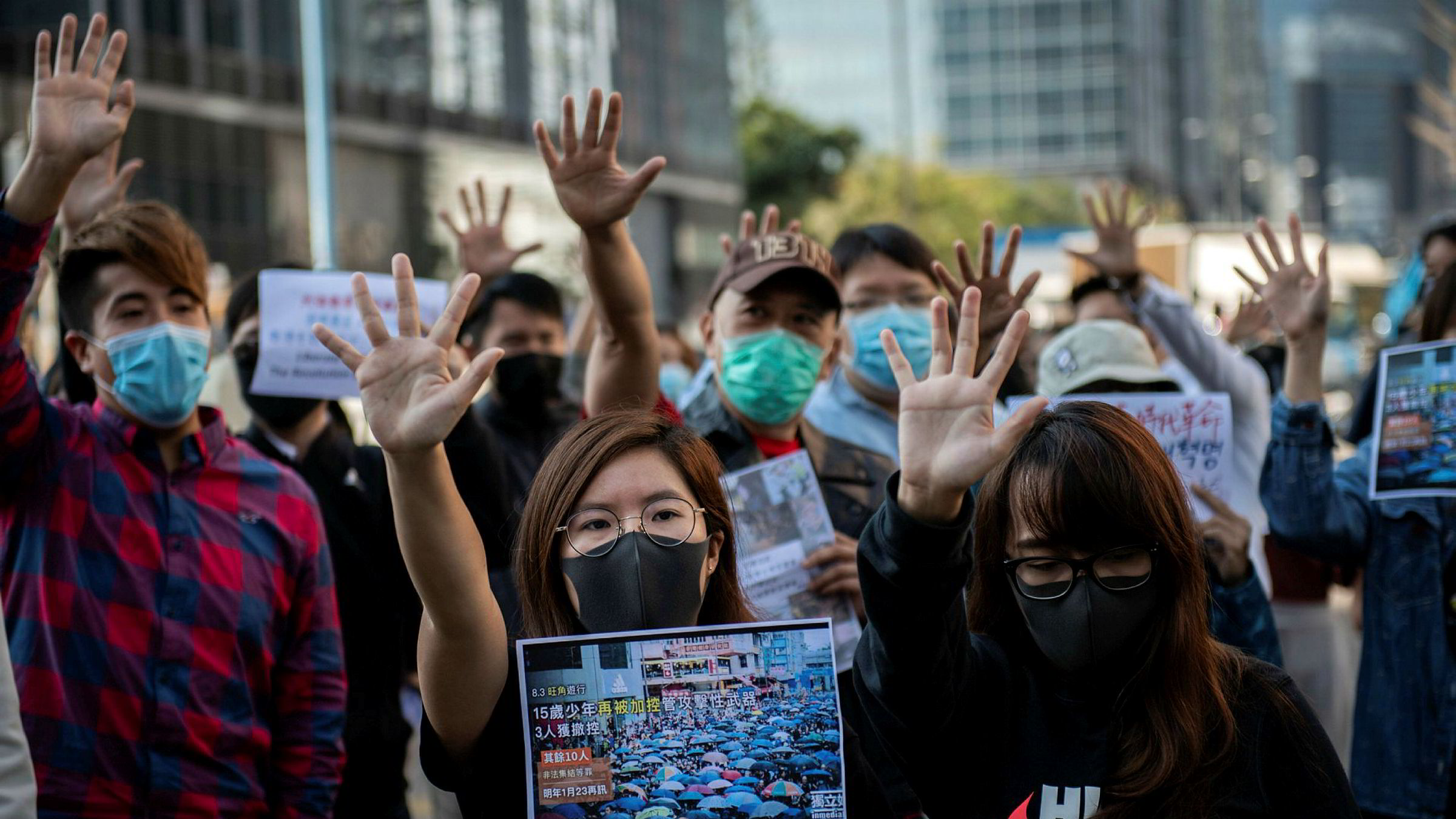 Demonstrasjonene fortsetter i Hongkong daglig – her fra et lunshrally i Kwun Tong på onsdag. En ny amerikansk lov, undertegnet av president Donald Trump, blir sett på som en støtte til Hongkong, menneskerettigheter og demokrati.