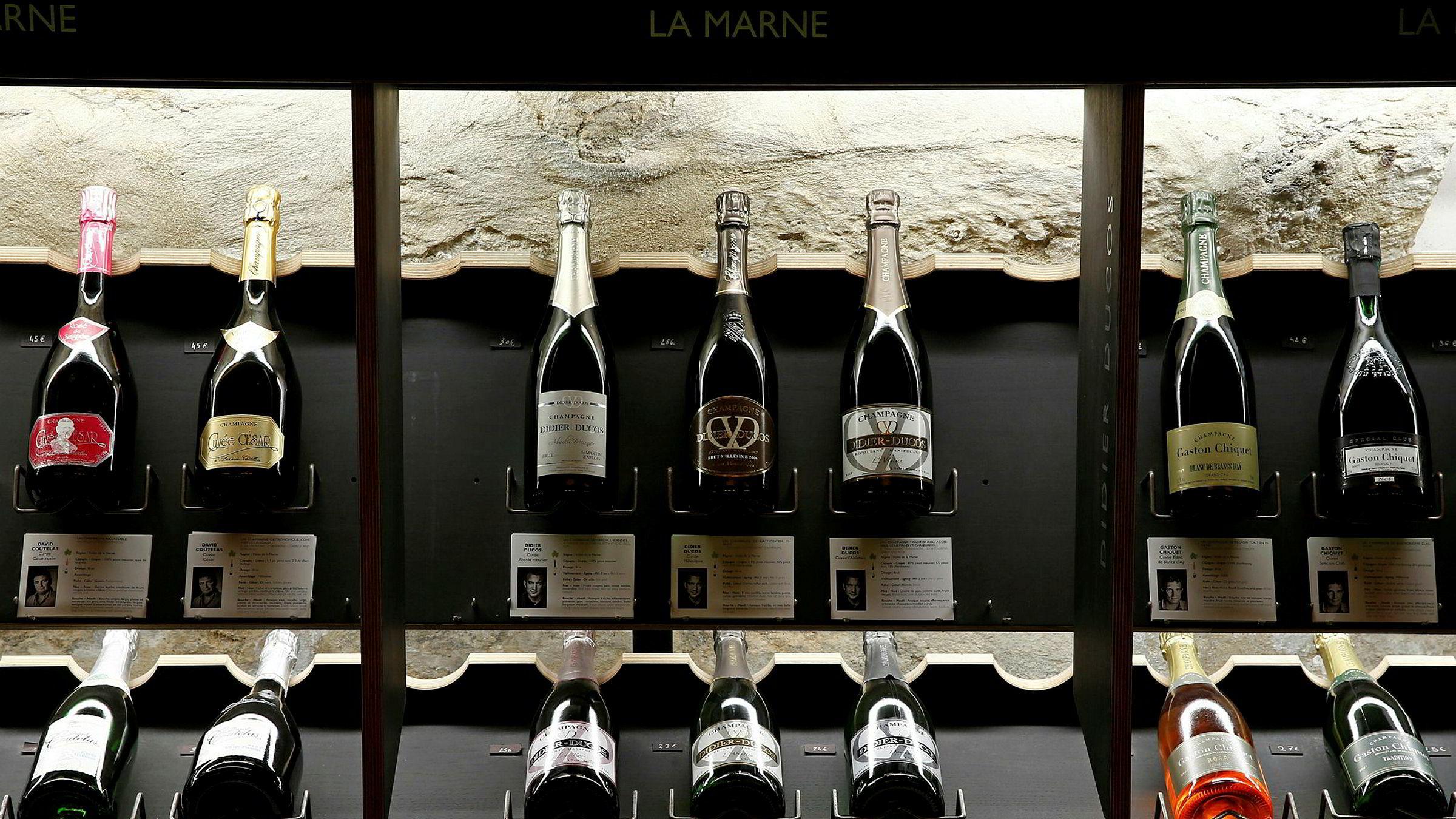 Presidentene Emmanuel Macron og Donald Trump er enige om å gi forhandlingene en ny sjanse for å finne en løsning innenfor det internasjonale rammeverket og unngå en handelskrig. USA har truet med straffetoll på blant annet fransk vin og champagne.