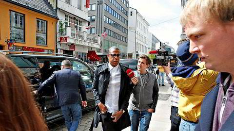 Hiphop-mogulen Jay Zs strømmetjeneste er anmeldt av rettighetsorganisasjonen Tono. Her er rapperen på vei inn til Tidals første kontorer i Oslo i 2015.