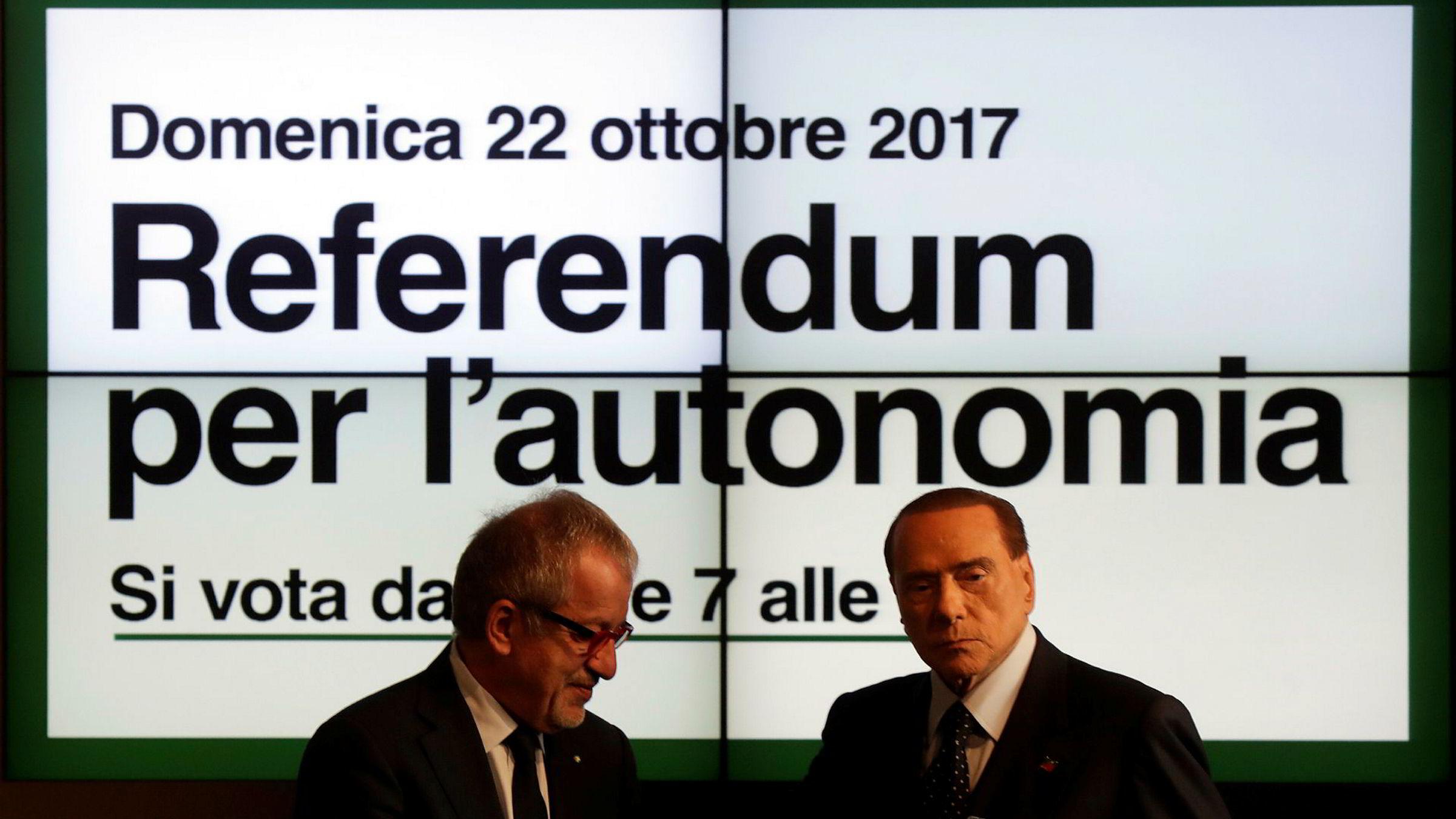 Den tidligere italienske statsminister, og leder for partiet Forza Italia, Silvio Berlusconi (til høyre), støtter folkeavstemningen om større selvstendighet for Lombardia og Veneto. Her er han avbildet sammen med Lombardias regionsleder Roberto Maroni.