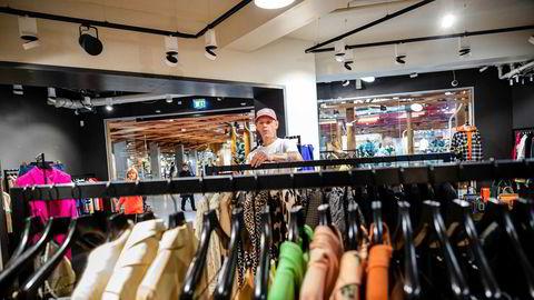 Butikksjef Morten Sørensen i Yme sier de trolig ikke trenger å ha salg på sommervarene i år fordi salget går så bra.