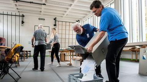 En stemmeurne tømmes i et valglokale i Zürich i Sveits søndag. Foto: Ennio Leanza / AP / NTB scanpix.