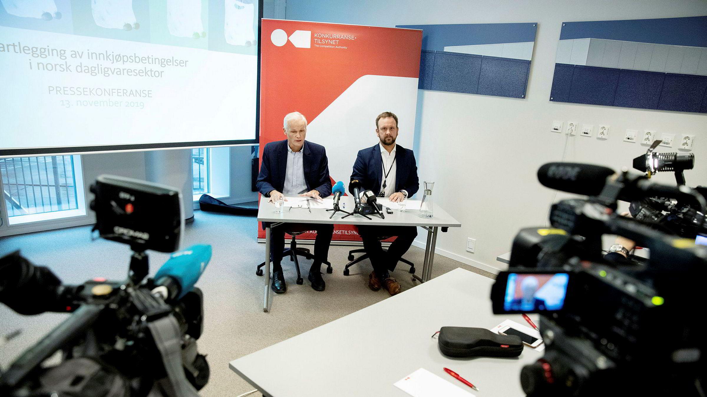 Konkurransedirektør Lars Sørgard (til venstre) og Sigurd Birkeland, leder for Prosjekt Dagligvare, avholdt pressekonferanse onsdag, etter tirsdagens razziaer mot flere dagligvareaktører.