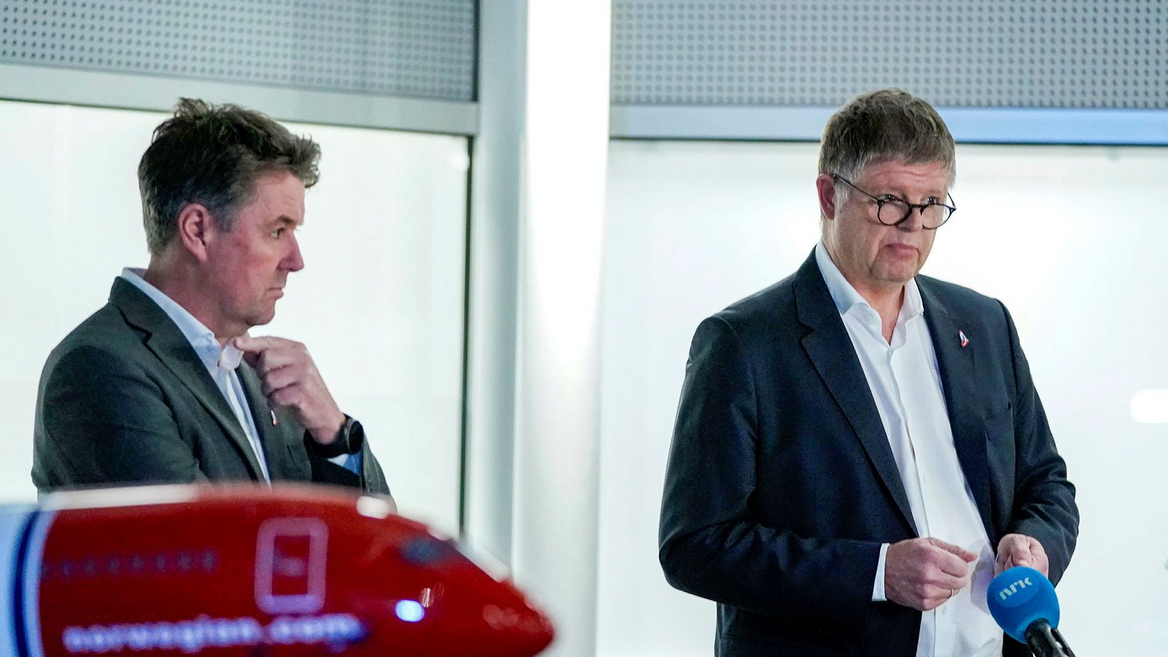 Konsernsjef Jacob Schram i Norwegian kommenterer regjeringens forslag til tiltakspakke for luftfarten. Finansdirektør Geir Karlsen til venstre.