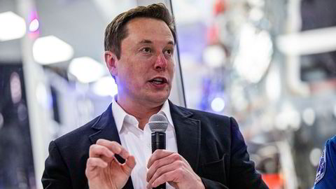 Tesla-sjef Elon Musk imponerer både tilhengere og kritikere med knallresultater. Her fra et fabrikkbesøk i California forrige uke.