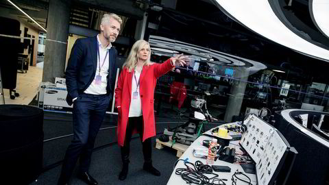Nyhetsredaktør Karianne Solbrække og TV 2-sjef Olav T. Sandnes i TV 2s nye nyhetsstudio i Media City i Bergen.