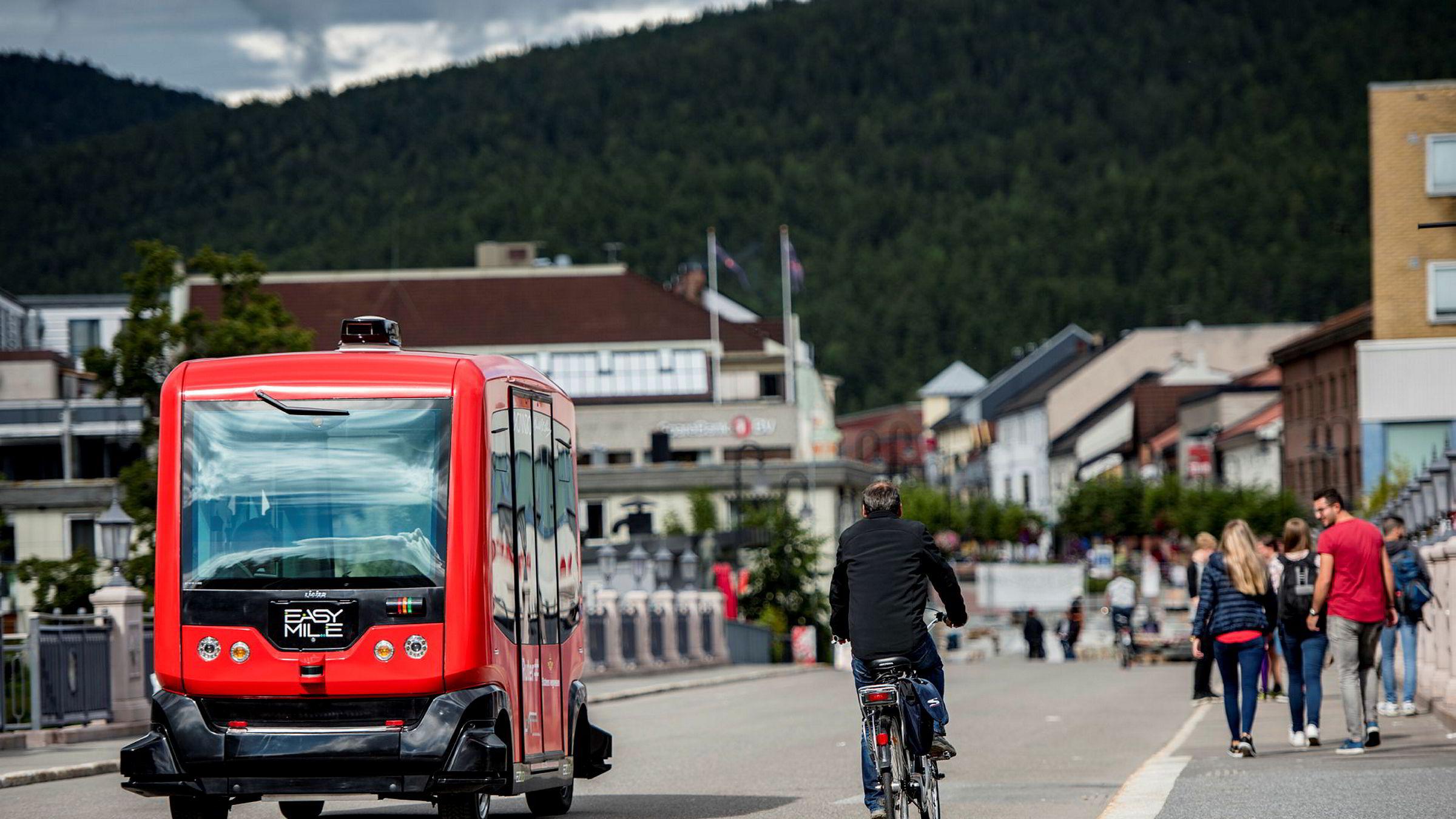 Den selvkjørende bussen EZ10 er en franskprodusert selvkjørende elektrisk minibuss, den skal gå en prøverute i Kongsberg fra neste år hvis loven åpner opp for det. Teknologien for selvkjørende biler og busser er kommet langt. Både i Oslo og Kongsberg er selskaper klare til å teste selvkjørende busser hvis det blir lov.