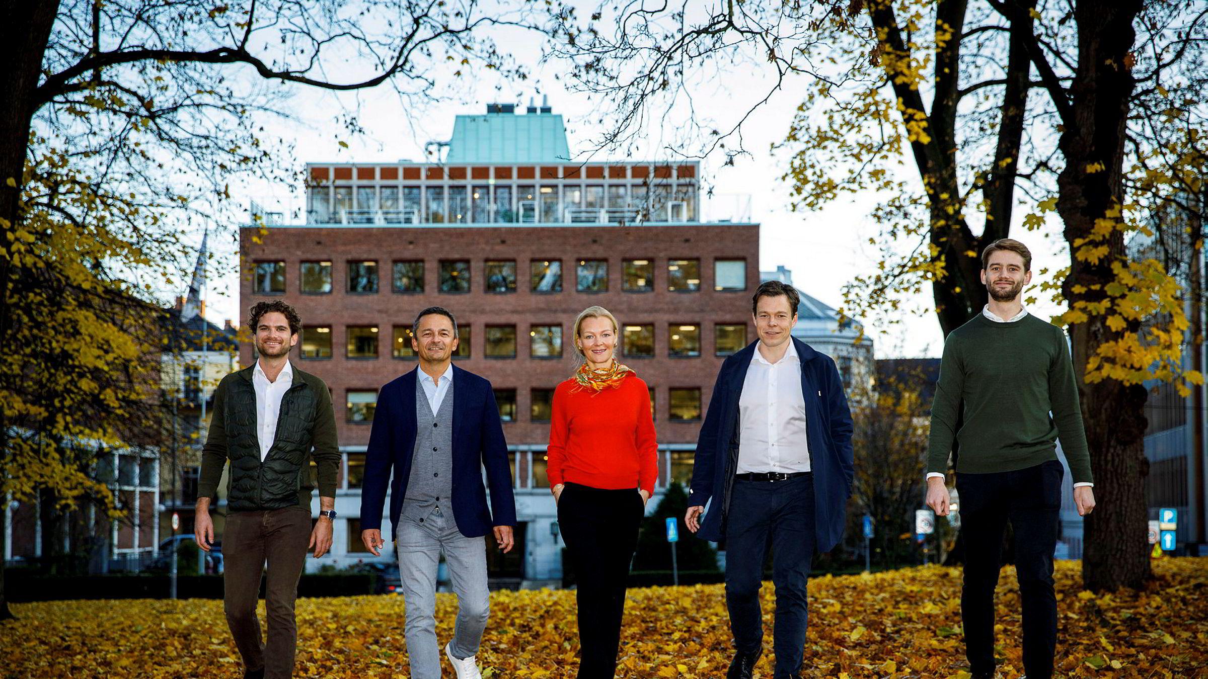 The North Alliance («NoA») har inngått avtale om kjøp av det prisvinnende digitalbyrået Proletar. Fra venstre: Magnus Wrangell Ruud, Proletar, Thomas Høgebøl/NoA, Hanne Bismo Mustad/NoA, Geirr Lødemel Tvedt, Proletar og Rune Syvrud Sandåker, Proletar.