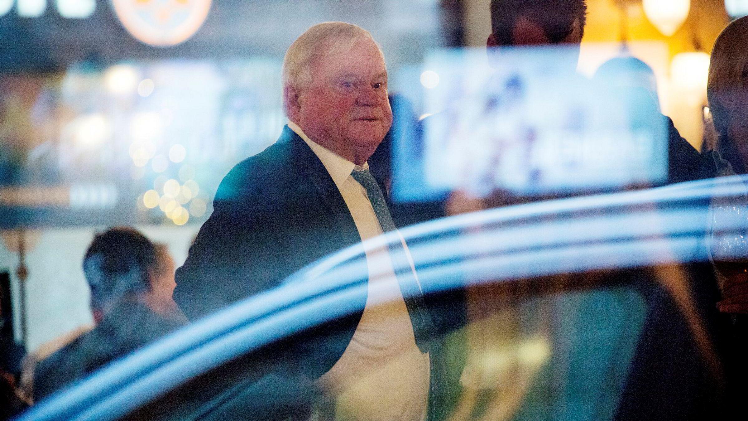 John Fredriksen er bundet til å eie minst fem prosent av Seadrills aksjer om fem år. Det kommer frem i rettsdokumenter i Houston. Her fra Fredriksens årlige julebord på Theatercaféen i Oslo.