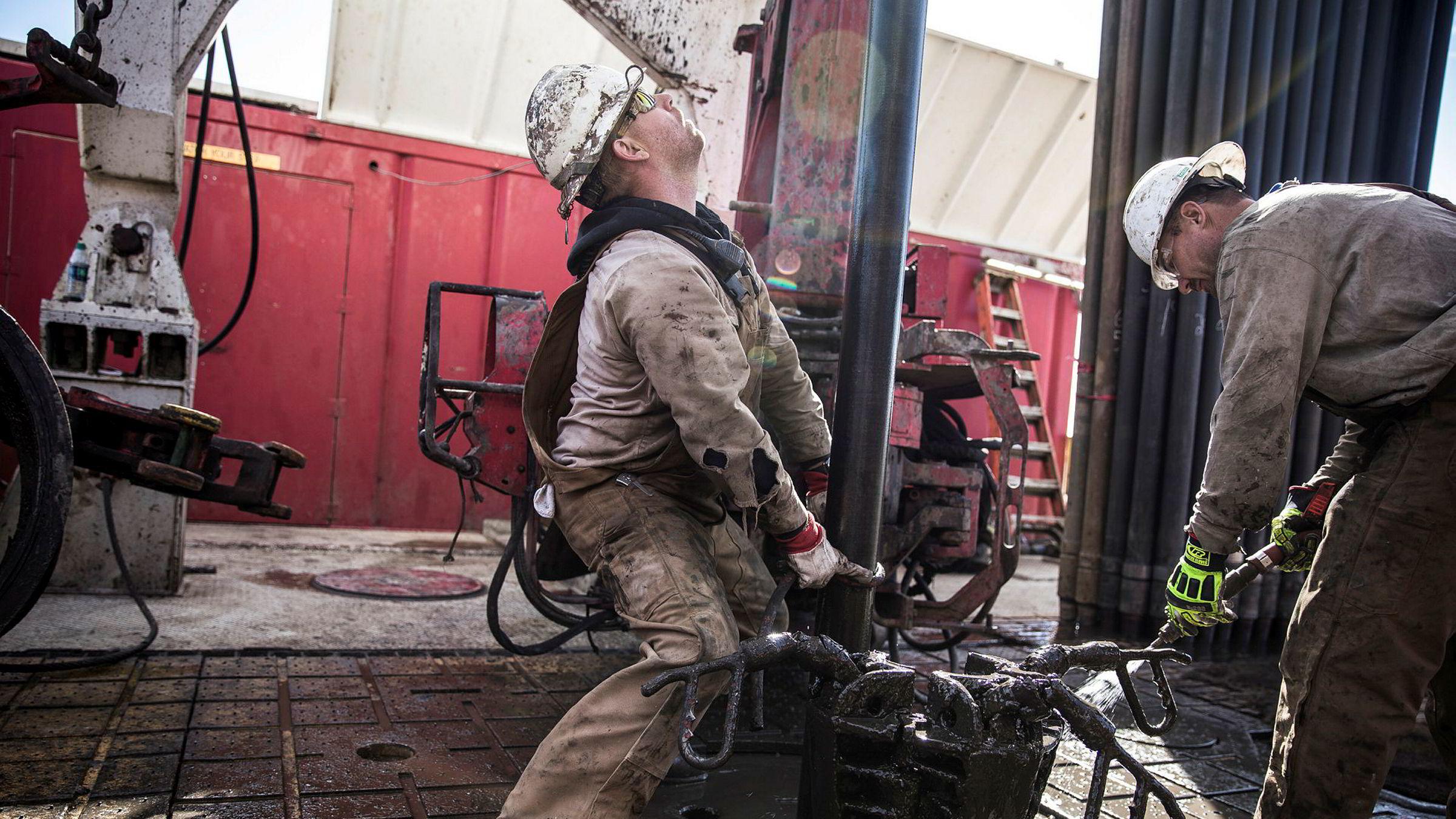 Skiferolje har ført til en boom i USA, som her i Midland, Texas, der to riggarbeidere i Sidewinder Drilling inntil nylig hadde gode tider.