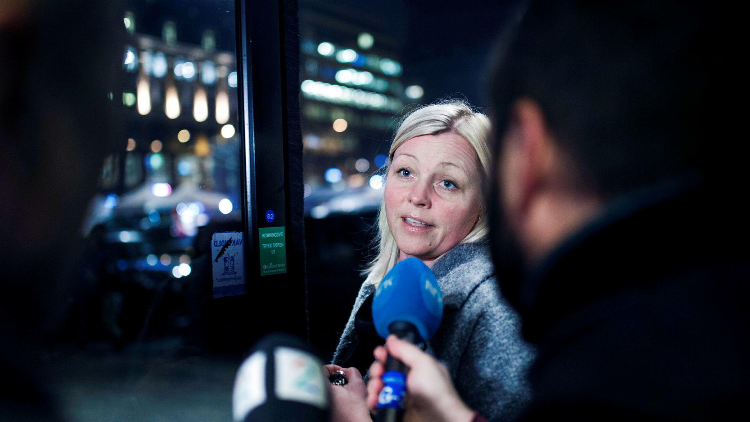 Partisekretær Kjersti Stenseng ba en Ap-kvinne – og senere varsler – skjule sannheten om at det var Trond Giske som hadde invitert henne med på et partiarrangement. Her forlater hun partikontoret ved Youngstorget, men er tyst med pressen.