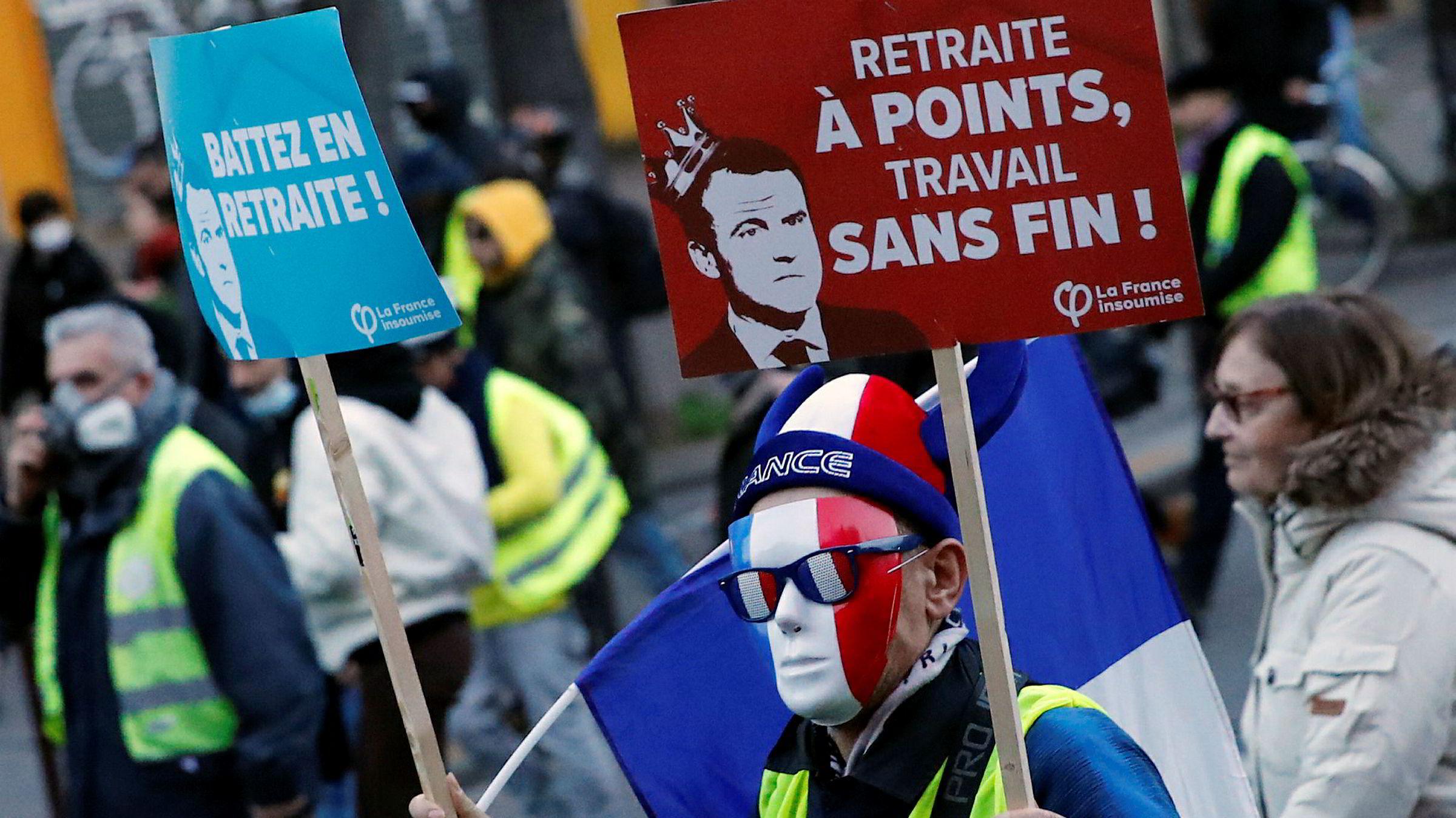 Demonstranter protesterte lørdag mot de planlagte pensjonsreformene i Frankrike. Frankrikes statsminister Édouard Philippe oppfordrer fagforeningene i landet til å avslutte streikene som har lammet landet i 40 dager. Foto: François Mori / AP / NTB scanpix