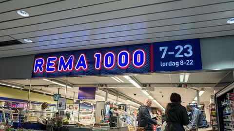Et forbud mot diskriminerende innkjøpspriser fra dagligvareleverandørene kan tvert imot føre til høyere priser for kundene. Men dette kan vi selvsagt ikke vite sikkert, skriver artikkelforfatterne. Her betaler kunder for varer i kassen på Rema 1000 i Chr. Kroghs gate i Oslo.