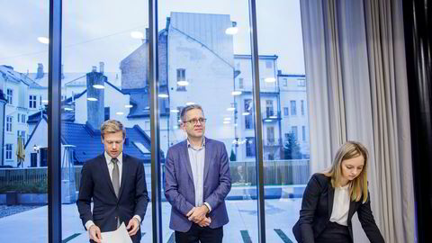 Advokat Rune Opdahl (t.v.) og advokatfullmektig Dina Brask fra Wiersholm representerer Telenor og Per Simonsen (i midten), fra Telenors IoT-avdeling, i voldgiftsretten.