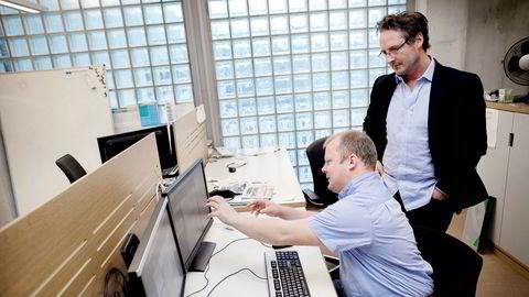 Alexander Even Henriksen (til høyre) har vært direktør for innovasjon og kommunikasjon i Gyldendal. Her er han med utvikler Ola Imerslund i 2016.