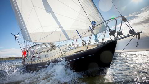 Utenfor kysten av Østfold skummer det rundt baugen på seilbåten til Are Wiig. Han er i forberedelsesfasen til soloseilasen Golden Globe Race, som starter 30. juni neste år.