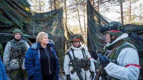 Statsminister Erna Solberg får en omvisning av den svenske brigadesjefen Lennart Widerstöm (t.h.) da hun besøkte en svensk panserbataljon på Os i forbindelse med militærøvelsen Trident Juncture i 2018.