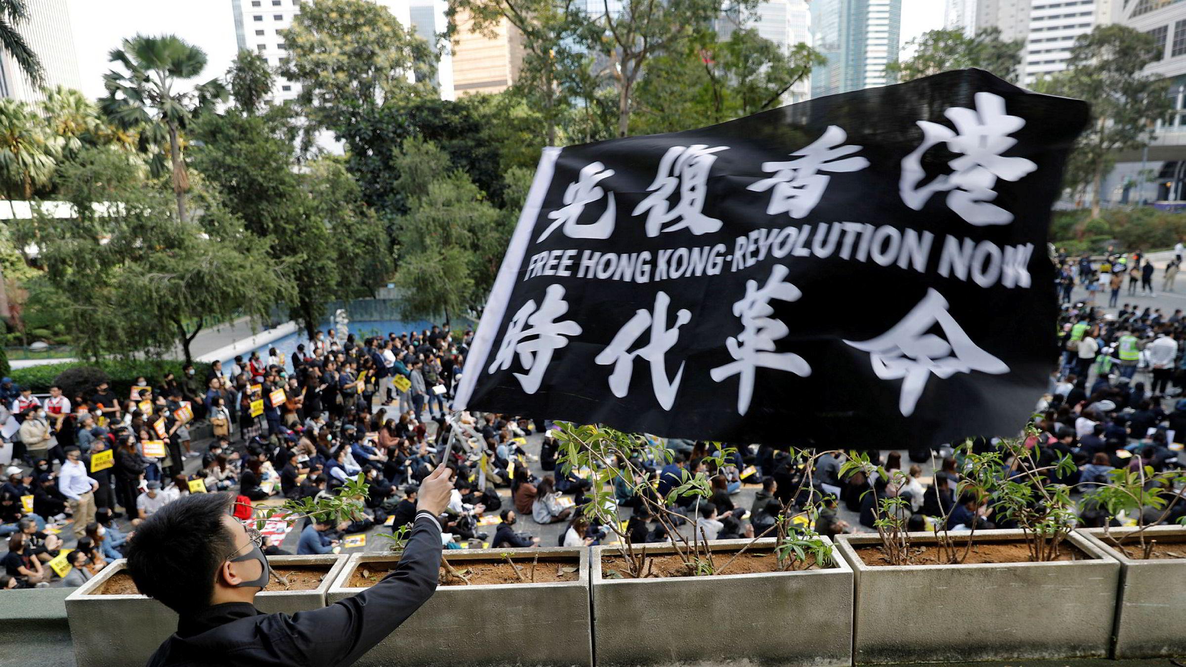 Demonstrasjonene pågår fortsatt i Hongkong – her fra et rally som reklamebyråer arrangerte på mandag. Finansbyen er inne i en dyp resesjon.