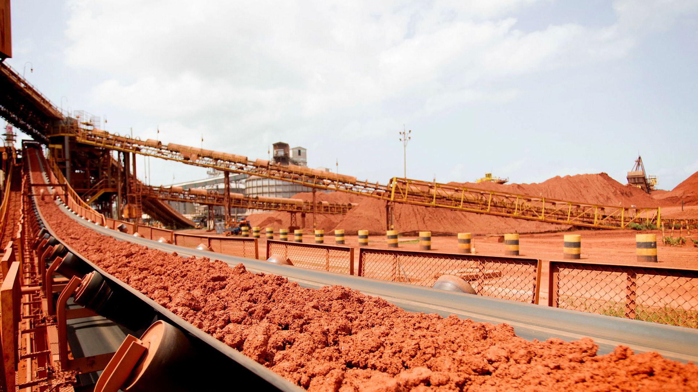 I delstaten Pará nordøst i Brasil driver Norsk Hydro verdens største raffineri for alumina, den viktigste ingrediensen i aluminium. På bildet ses et transportbånd med bauxitt ved anlegget.