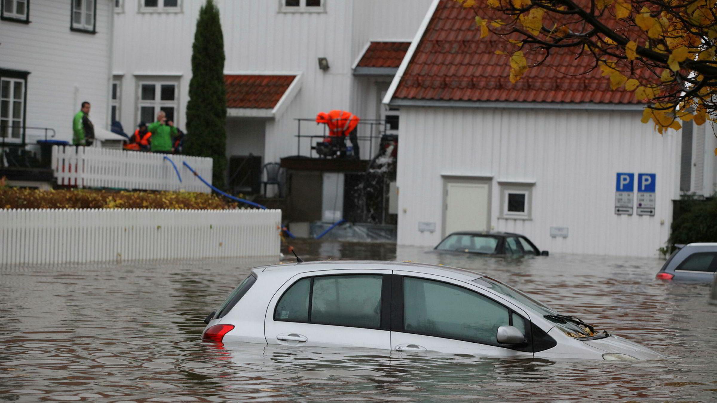 Vi risikerer mer av dette i årene fremover. Bildet er fra Tvedestrand i oktober da regnet forvandlet veier, parkeringsplasser og folks hager til svømmebasseng.