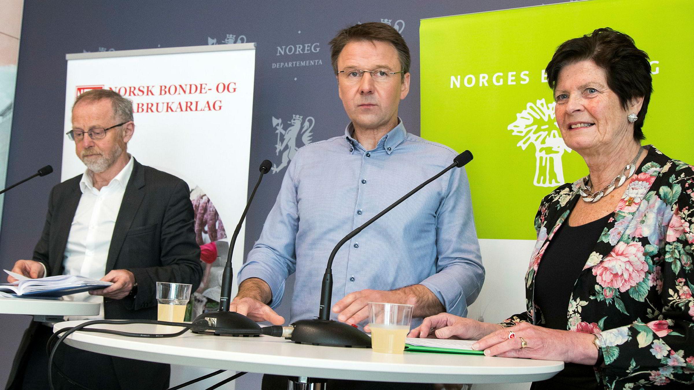 Forhandlingsleder for staten Leif Forsell (t.v.), leder i Norges Bondelag Lars Petter Bartnes og leder i Norsk Bonde- og Småbrukarlag Merete Furuberg holdt pressekonferanse da organisasjonene overleverte sine krav til jordbruksoppgjøret i slutten av april.