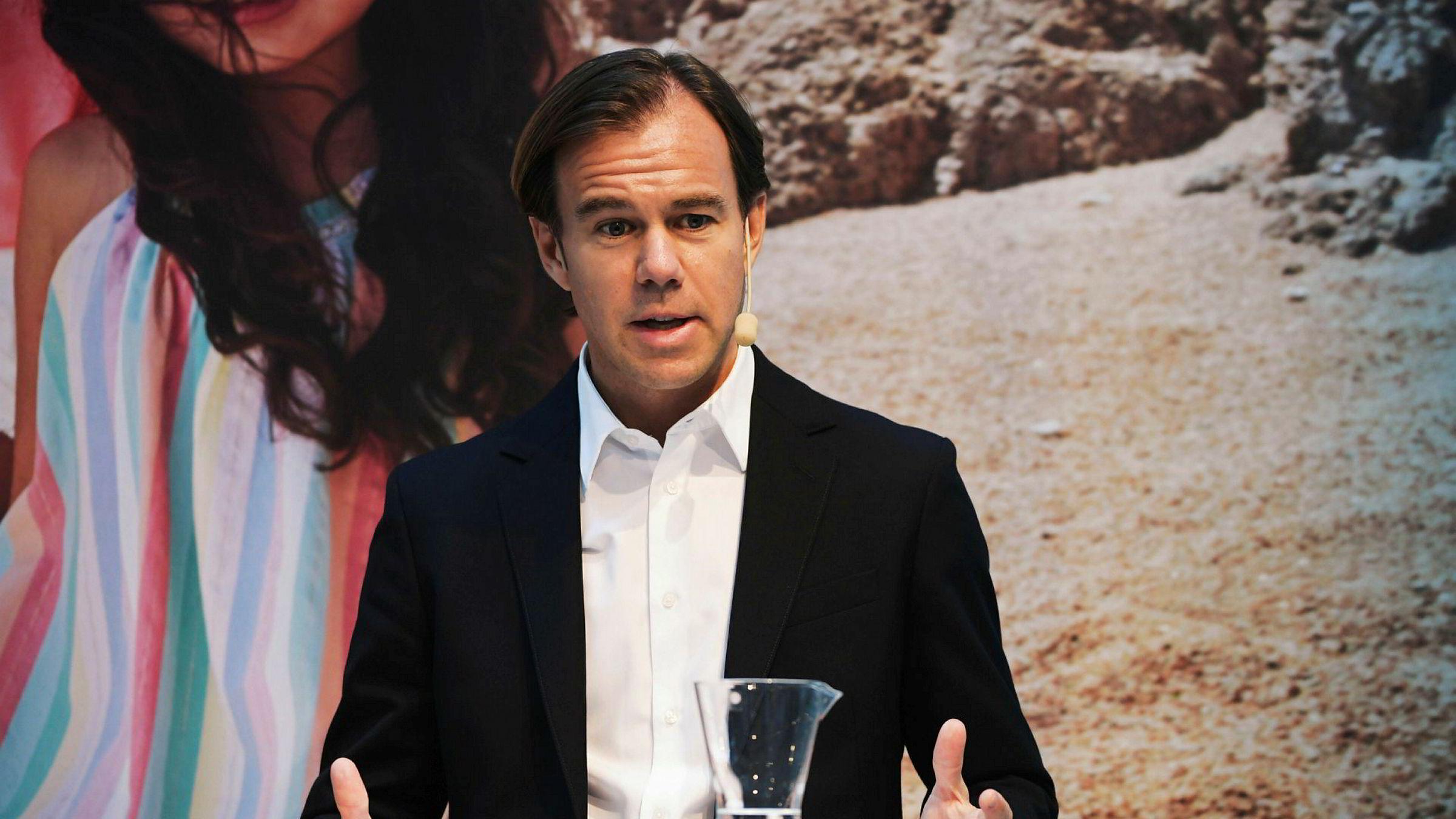 Konsernsjef Karl-Johan Persson i Hennes & Mauritz forteller at kleskonsernet er inne i en omstillingsfase, der selskapet jobber hardt for å løse en rekke utfordringer.