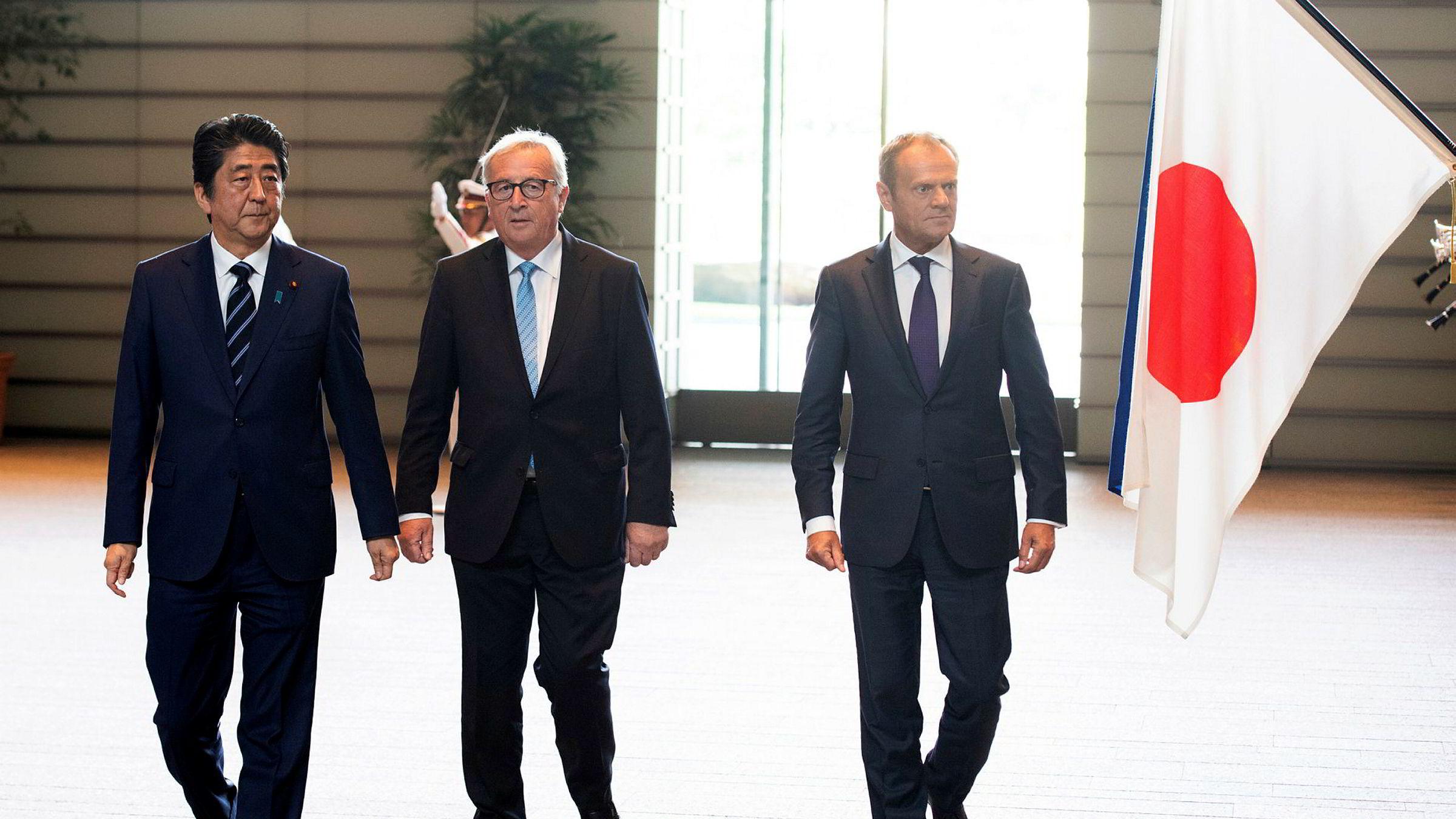 Japans statsminister Shinzo Abe sammen med EU-kommisjonens sjef Jean-Claude Juncker og EUs president Donald Tusk i Tokyo tirsdag.