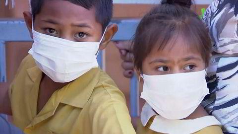 Omfattende meslingutbrudd på Samoa. Alle skoler er stengt, og på bildet venter barn på å bli vaksinert.