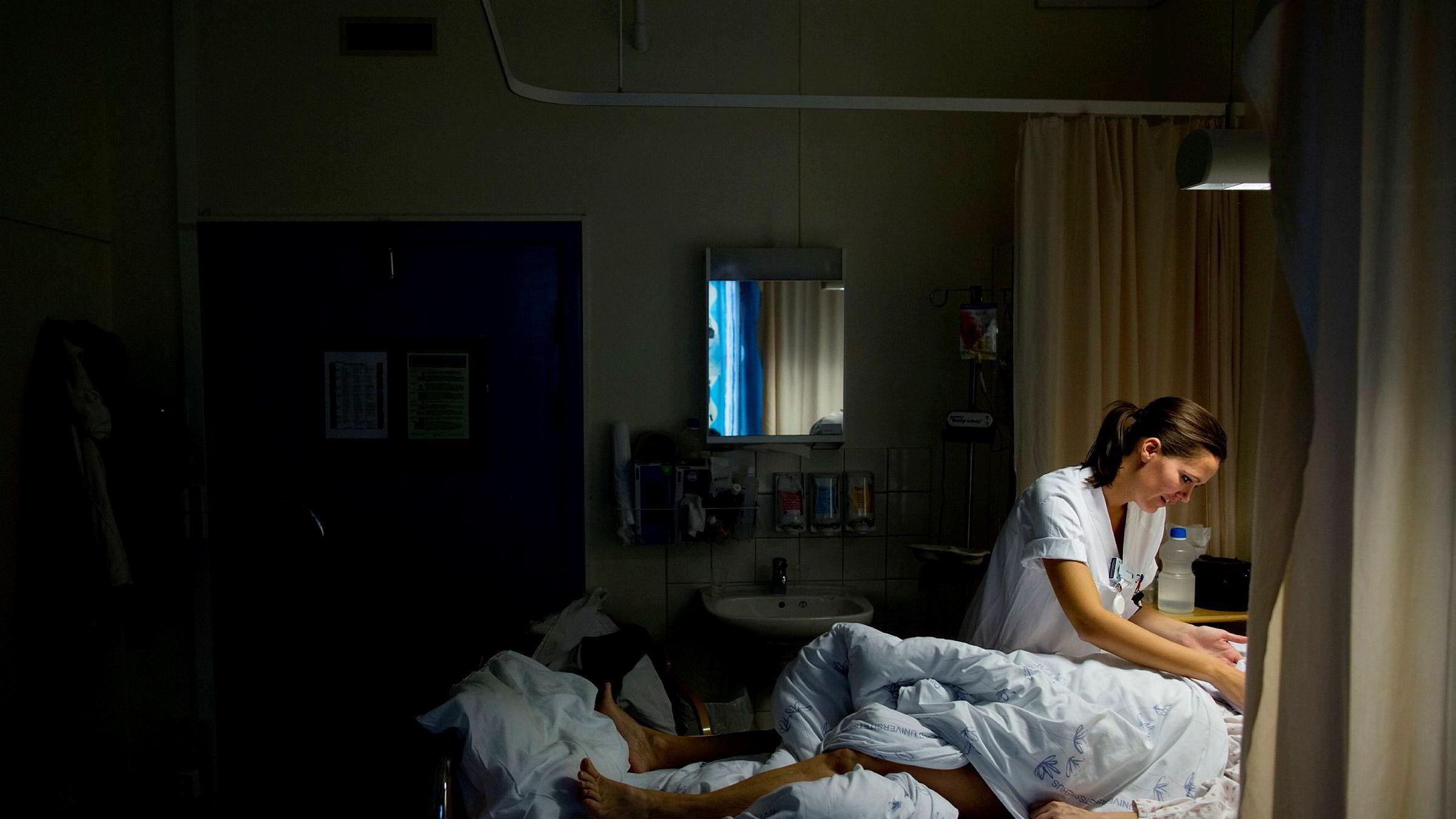 En turnuslege eller en sykepleierstudent kan være forsiktig med å ta ordet når det skjer farlige forløp rett foran øynene deres, skriver artikkelforfatteren.