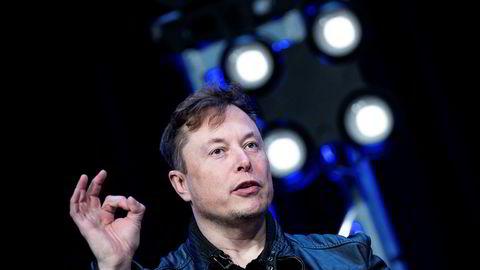 Tesla-sjef Elon Musk har vært svært aktiv på Twitter fredag.