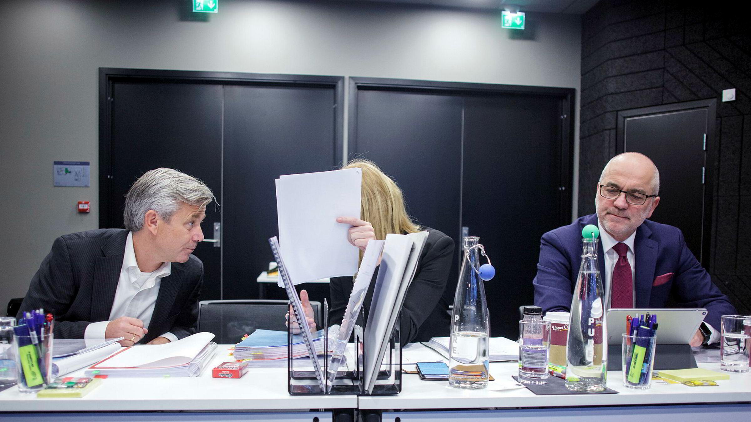 Gründer Nicolai Prydz (til venstre) i Hipdrivers konfererer med advokat Benedicte Langford i Bing Hodneland ved innledningen av voldgiftssaken tirsdag. Til høyre advokat John S. Gulbrandsen i Bing Hodneland.