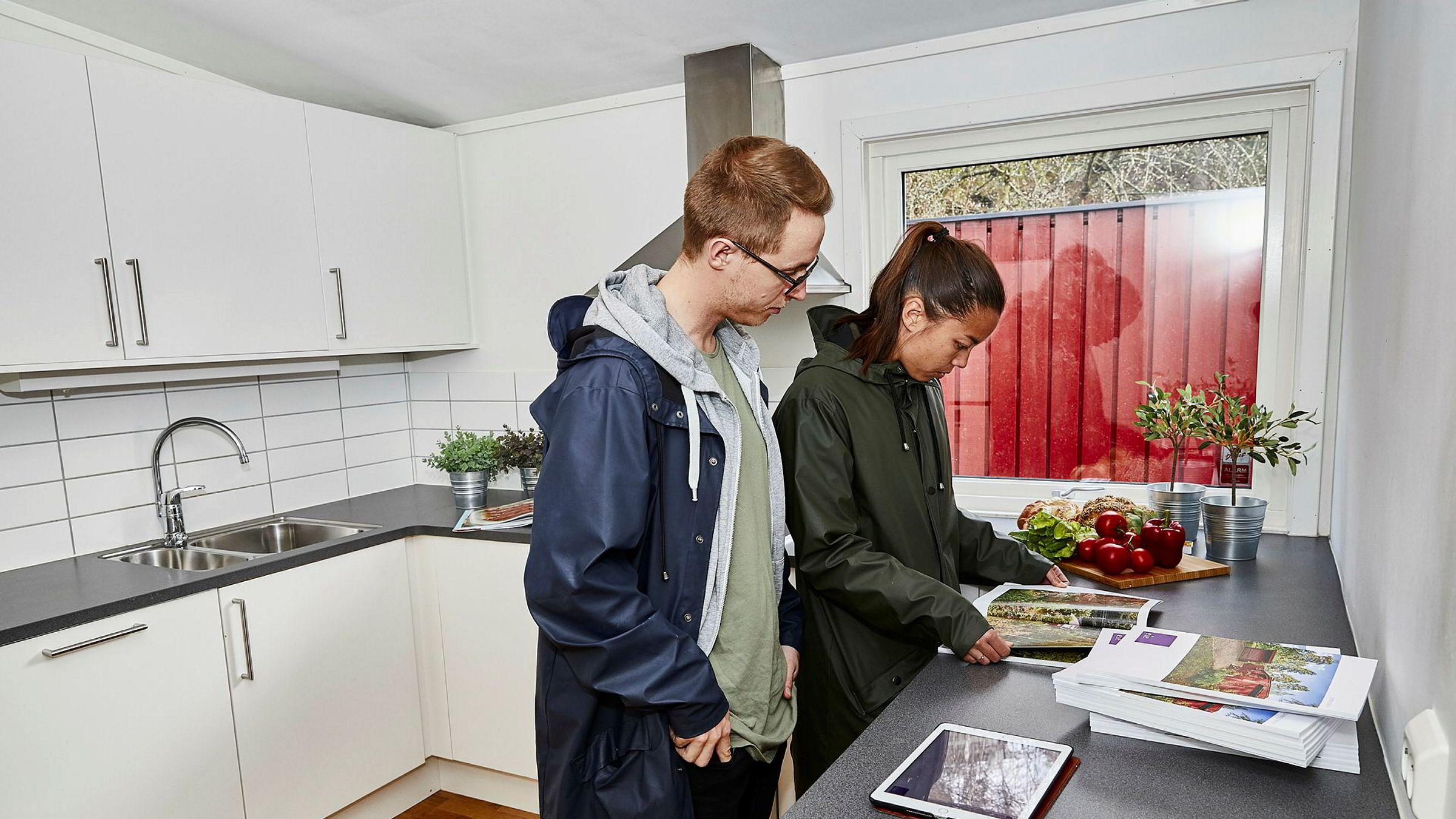 Da Jens Ole Rygh (28) og Mina Waagan (27) kjøpte sin første bolig, var de forberedt på at renten kunne gå opp og satte av penger med tanke på økte boutgifter. Nå er de på jakt etter ny bolig. - Det vil jo være like viktig nå, å ikke kjøpe mer enn man har råd til, sier Wagaan.