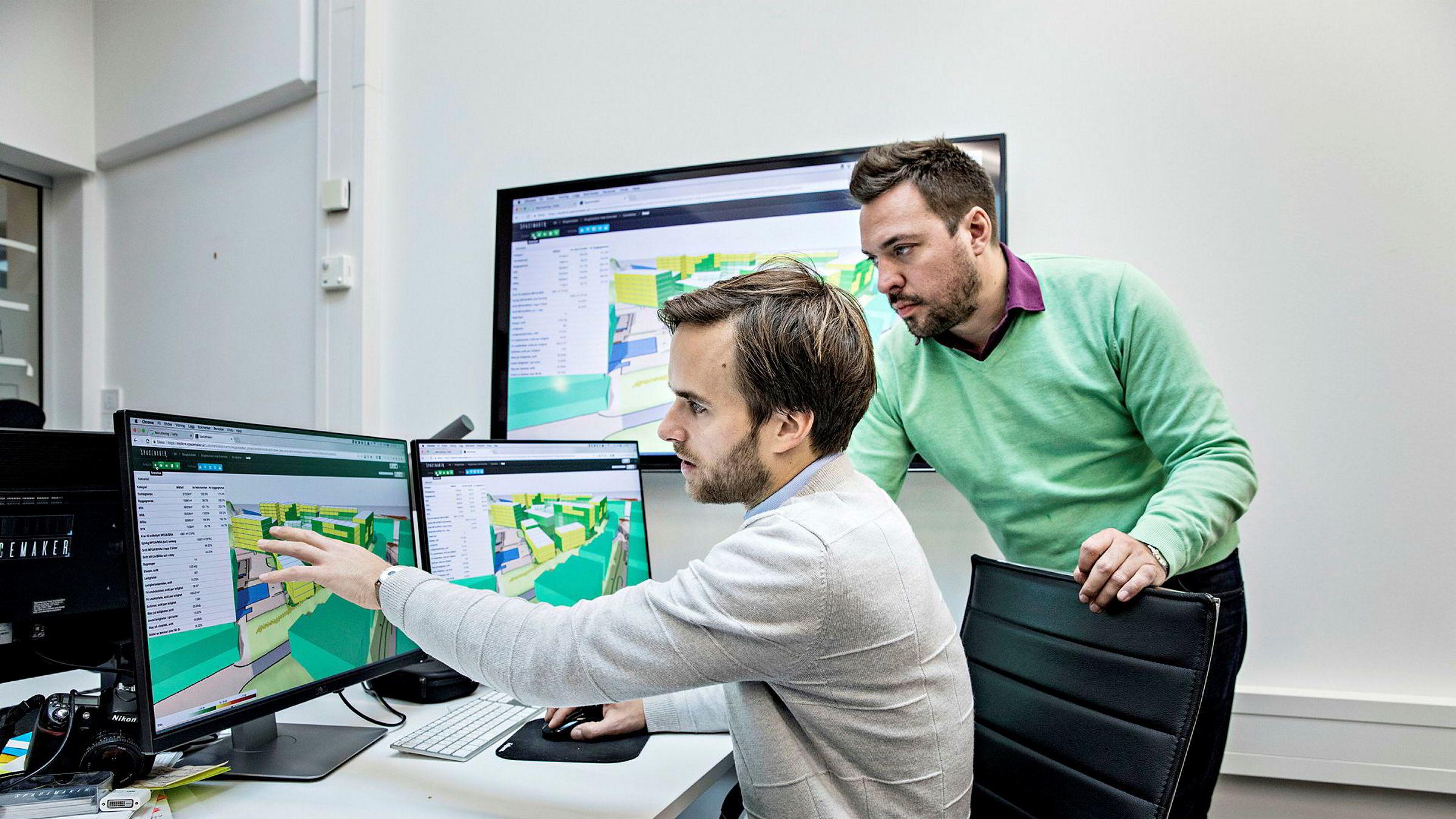 Håvard Haukeland (nærmest) og Carl Christensen viser et pågående prosjekt. Selskapet Spacemaker bruker kunstig intelligens til å kalkulere milliarder av alternativer for hvordan utbyggingen av en tomt kan løses.