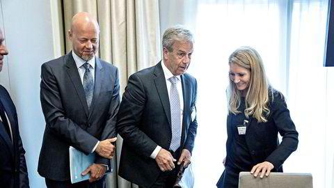 Julie M. Brodtkorb, leder av Norges Banks representantskap, etterspør større sparingsvilje hos sentralbanksjef Øystein Olsen (midten) i driften av Oljefondet under ledelse av Yngve Slyngstad (til venstre). Her under fredagens stortingshøring om fondet.