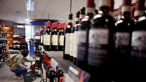 Helsedirektoratet har gjort en vurdering av merkingen av alkoholholdige varer på vinmonopol og taxfree-butikker. Konklusjonen er at merkelappen «nyhet» er i strid med forbudet mot alkoholreklame.