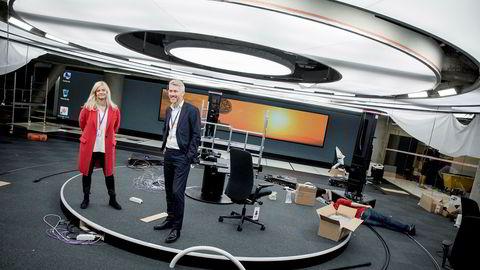 Kabler, esker og medarbeidere ligger strødd rundt nyhetsredaktør Karianne Solbrække og TV 2-sjef Olav Sandnes i det som snart skal bli TV 2 sitt nye nyhetsstudio i Media City i Bergen.