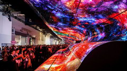 Deltagere tar bilder av en buet elektronisk skjermvegg fra LG under Consumer Electronics Show i Las Vegas i USA i januar.