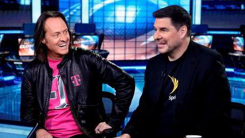 T-Mobiles konsernsjef John Legere (til venstre) er en av USAs mest fargerike og suksessrike konsernsjefer. Han har begravet stridsøksen med konkurrenten Sprint og toppsjef Marcelo Claure. Nå kan de to få ansvaret med å redde restene av WeWork.