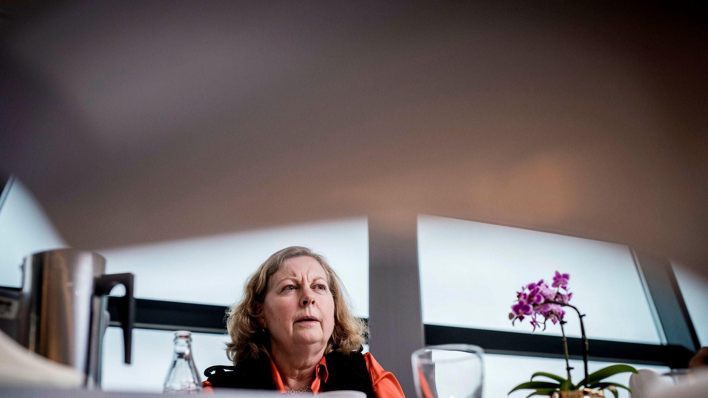 Administrerende direktør Berit Svendsen i Telenor Norge får på vegne av selskapet kritikk av Nkom for å ikke følge et mobilforbud.