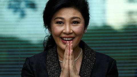 Tidligere statsminister i Thailand, Yingluck Shinawatra, hilste på tilskuere da hun ankom høyesterett i Bangkok i dag.